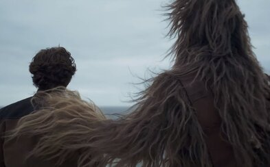 Chewbacca, Millenium Falcon a mrazivý vizuál Star Wars. Legenda jménem Han Solo ožívá v prvním traileru očekávaného prequelu