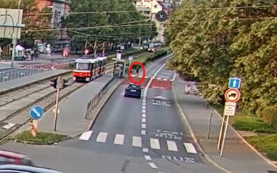 Chlapca v Brne zrazila električka, keď pozeral do mobilu