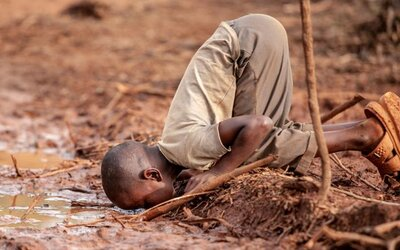 Chlapček pije špinavú vodu a riskuje týfus či choleru. 15 fotografií, ktoré zmenia tvoj pohľad na svet