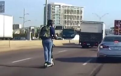 Chlapec jazdil na elektrickej kolobežke po päťprúdovej diaľnici v strede rannej špičky