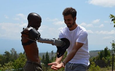 Chlapec pomocou 3D tlačiarne vyrába lacné protézy rúk, ktoré pomáhajú ľuďom po celom svete