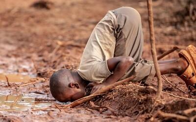 Chlapeček pije špinavou vodu a riskuje tyfus či choleru. 15 fotografií, které změní tvůj pohled na svět