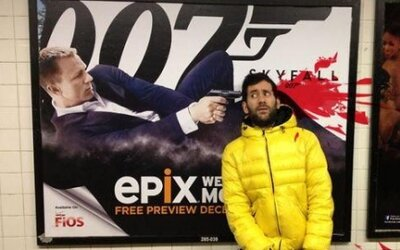 Chlapík pózuje pri rôznych billboardoch, aby upozornil na prezentáciu násilia