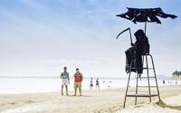 Chlapík precestuje pláže na Floride oblečený ako smrtka. V čase koronavírusu chce ľudí upozorňovať, aby sedeli doma