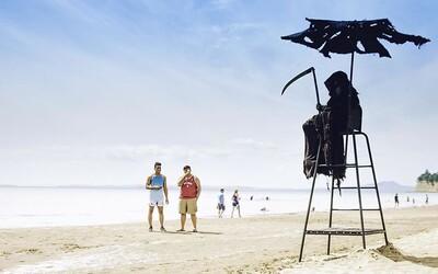 Chlapík procestuje pláže na Floridě oblečený jako smrtka. V době koronaviru chce lidi upozorňovat, aby seděli doma