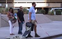 Chlapík sa tváril, že je slepec, ktorému vypadli z tašky peniaze. Reakcie okoloidúcich prekvapili aj jeho samého