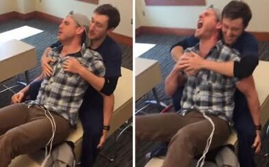 Chlapík si vyzkoušel simulované porodní bolesti a okamžitě toho litoval. Zanedlouho začal pištět, křičet a po pár sekundách to musel vzdát