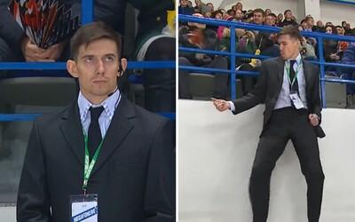 Chlapík z bezpečnostní služby spustil na hokejovém zápase parádní choreografii do tónů od Michaela Jacksona. Využil svoji chvilku slávy naplno