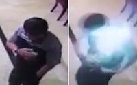 Chlapíkovi vo vrecku vybuchol a začal horieť mobilný telefón. Akčnú scénku zachytila prítomná kamera
