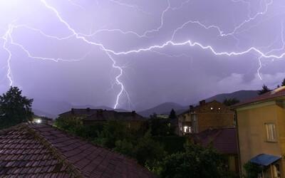 ČHMÚ: V těchto krajích se během neděle očekávají bouře, silný vítr a deště