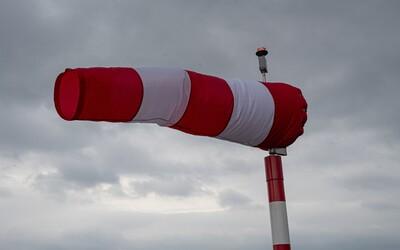 ČHMÚ varuje před silným větrem s nárazy až 110 km/h