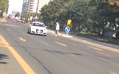 Chodci na našich cestách riskujú vlastné životy. Ignorujú semafory aj priechody, upozorňujú policajti