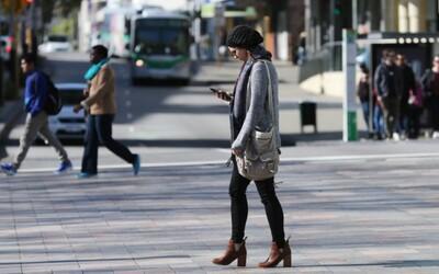 Chodci pozerajúci do mobilu budú v niektorých častiach sveta dostávať vysokú pokutu