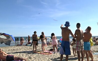Choďte domov, sku*vení turisti. Rémi Gaillard vystrájal s lietadlom ponad plážou vo francúzskom Montpellieri
