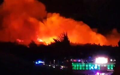 Chorvatské Zrče je v plamenech. Z festivalu Fresh Island museli evakuovat 10 tisíc lidí