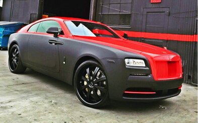 Chris Brown a jeho ultra-luxusní Rolls-Royce Wraith v novém, pekelném kabátě