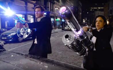 Chris Hemsworth a Tessa Thompson bojují proti mimozemšťanům. Nová verze Mužů v černém přichází s prvními záběry!