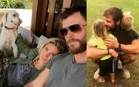 Chris Hemsworth tancuje so psom na Miley Cyrus a miluje spoločné chvíle so svojimi deťmi