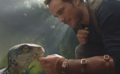 Chris Pratt a raptorie mláďa hviezdia v úsmevných prvých záberoch z Jurassic World 2