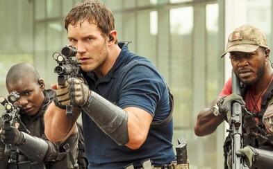 Chris Pratt bojuje s mimozemšťany v budoucnosti vzdálené 30 let. V akčním traileru stíhačky srovnávají se zemí celé město