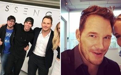 Chris Pratt se baví na účet Jennifer Lawrence tím, že ji vystříhává ze svých fotek. Nevadí mu ani chybějící polovina jejího obličeje či těla