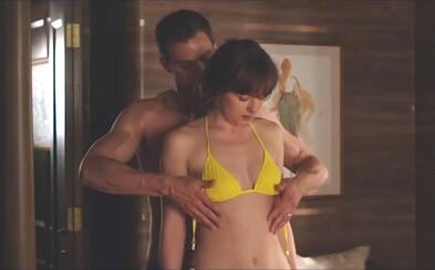 Christian v novej scéne z finále 50 odtieňov slobody vyzlieka Anu do naha. Ani putá mu však nepomôžu udržať hanlivé recenzie na uzde
