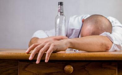 Chronický covidový stres: Češi více pijí a berou prášky na spaní