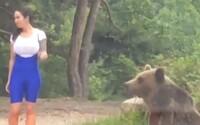 Chtěla mít fotku s medvědem, ten po ní hned vystartoval. Video z TikToku ukazuje, že lidská hloupost nezná hranic