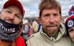 Chuck Norris popřel účast při útoku na Kapitol: Internetem se šířila fotka muže, který mu byl podobný