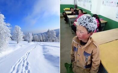 Chudý chlapec chodí každý den 4,5 kilometru, aby se dostal do milované školy. Internet pro něj vysbíral už 7 milionů korun
