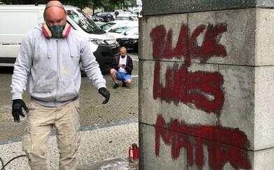 Churchillovu sochu v Praze někdo posprejoval nápisem Black Lives Matter