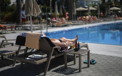 Chystáš se na dovolenou ve Španělsku? Na snídani můžeš jen s rouškou, každý den ti budou měřit teplotu