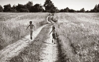 Čierno-biele fotografie zachytávajú prázdniny detí na poľskom vidieku