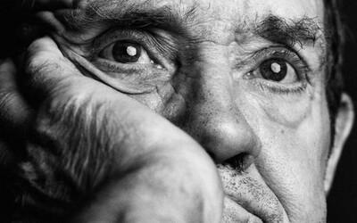 Čiernobiele snímky ľudí s Alzheimerom odhaľujúce mnoho emócií