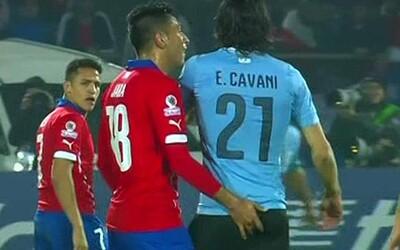 Čilský obranca vyradil Cavaniho nezvyčajne. Strčil mu do zadku prst a potom nasimuloval úder do hlavy