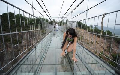 Čína otevřela kompletně prosklený most 180 metrů nad zemí. Měli byste odvahu jej přejít?