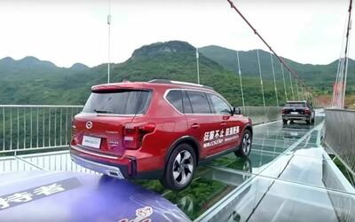 Čína otevřela nejdelší skleněný most na světě. Má přes půl kilometru a je to ideální trénink pro lidi, kteří se bojí výšek