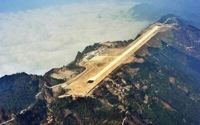 Čína práve postavila funkčné letisko na vrchole hory, aby zlepšila dopravnú dostupnosť