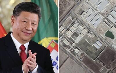 Čína prý nadále buduje pracovní tábory pro Ujgury. Dokazují to satelitní snímky