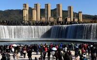 Čína si postavila vlastné 400-metrové vodopády. Nebudú slúžiť len ako atrakcia, ale pomôžu aj počas sucha