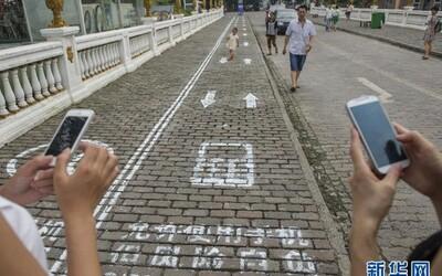 Čína vyhradila používateľom smartfónov pri chôdzi osobitný pruh