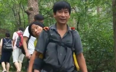 Číňan nosí svoju postihnutú manželku na chrbte, aby spolu mohli precestovať svet. Nechce ju nechať odísť bez parádnych zážitkov