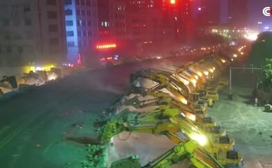 Číňania buldozérmi zničili dvojprúdový nadjazd v priebehu jedinej noci. Viac než 100 strojov dostalo zabrať