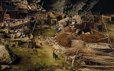 Čínska jaskyňa vo svojom vnútri ukrýva celú dedinu spolu so školou či basketbalovým ihriskom
