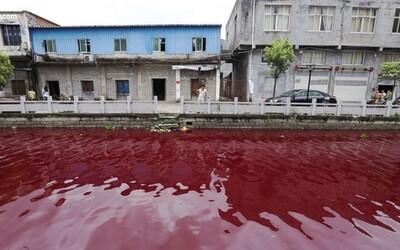 Čínska rieka sa zmenila na obrovský prúd krvi. Nie je jasné, ako sa tam dostala