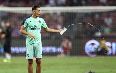 Čínská televize odmítla vysílat zápas Arsenalu. Důvodem je Mesut Özil, který podpořil utlačovanou menšinu