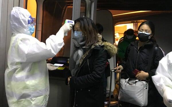 Čínské město, odkud se začal šířit virus, zastavilo veřejnou dopravu. Hlášeno je 17 obětí
