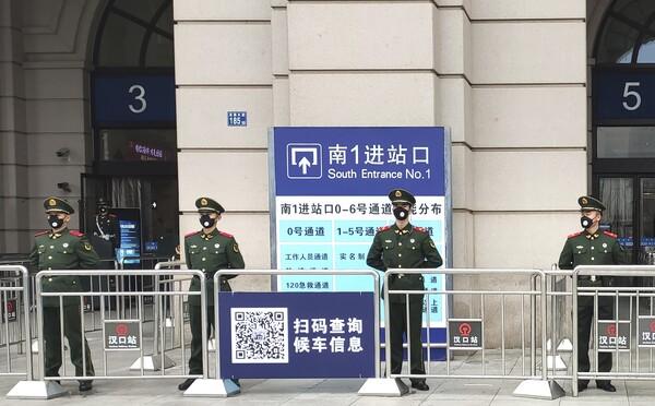 Čínské město Wu-chan je uzavřeno, lidé vykoupili jídlo i ochranné roušky. Vypadá to tam, jako by měl přijít konec světa