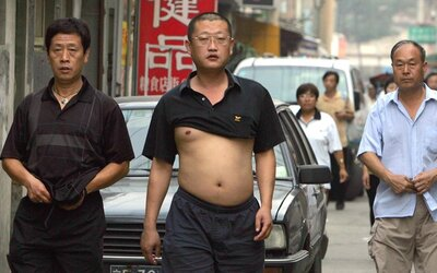 Čínské město zakázalo odhalování břicha na veřejnosti. Známé pekingské bikiny jsou prý necivilizované