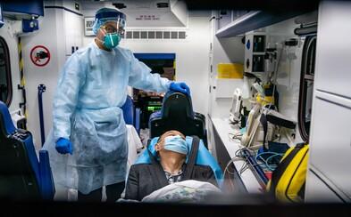 Čínski doktori z Wu-chanu nosia plienky. Pri množstve pacientov nakazených vírusom nemajú čas na toaletu